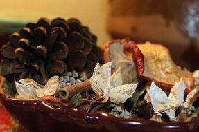 Schale mit Gewürzen und duftenden Zutaten.
