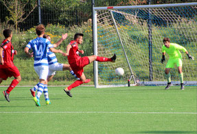 Revin Köksal (2.v.re.) erzielt das 2:0 für den OSV. Foto: Mathias Reß