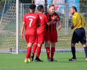 Maxi Kochsiek (2.v.re.) freut sich über seinen Treffer. Foto: Mathias Reß