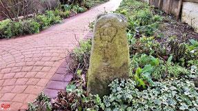Borne royale dans un jardin de Vélizy-Villacoublay.