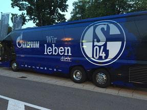 """FC Schalke Bus vor dem Schlosshotel """"Falkensteiner"""""""
