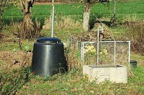 Ein Kunststoffbehälter und ein Drahtkorb als Kompostmiete