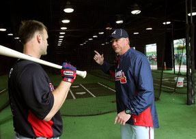 Greg Walker con il catcher David Ross nel 2012 quando era con i Braves (foto JASON GETZ, JGETZ@AJC.COM)