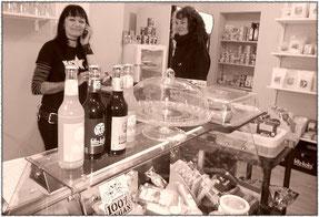Tati (li.) in ihrem Shop