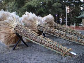 ご覧のような大松明を焼き払い,この1年の無病息災を祈願します。 祭りの主体は,フンドシ姿の若衆達です。この火祭りは,滋賀県の奇祭の一つで,県の無形民俗文化財に指定されています。
