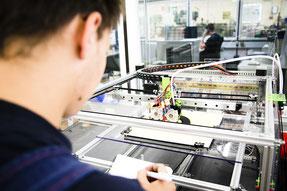 Technik hinterm Essen. Azubis in der Lebensmittelindustrie sind längst am 3D-Drucker aktiv. Die Gewerkschaft NGG weist auf freie Ausbildungsplätze in der Branche hin. Foto: NGG