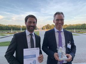 Personalleiter Andreas Hilbich (links) und Dr. Philipp Dehn nahmen den Preis im Schloss Schleißheim entgegen.  (Quelle: DEHN SE + Co KG)