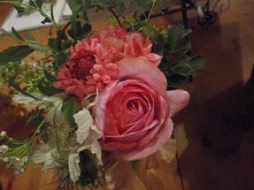 可愛いサイズからジャンボなものまでいろんなお花達が旅立っています。