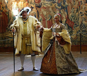 Tudor fashion. Henry VIII and Catherine Parr in a play at Hampton Court Palace, UK (her dress is made according to the portrait; flickr, picture by Marcio Cabral de Moura)