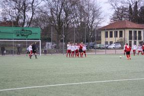 In der ersten Halbzeit kam der FC Ahrensburg nur während Standardsituationen vors Timmerhorner Tor: Hier drischt Dennis Helmig anschließend den Ball in die Mauer. Foto: Holger Meincke