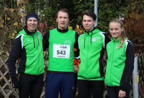 Coach Michael mit Lorenz (Hauptlauf 8,8km), Jonas (MU18, 5km) und Johanna (WU14, 2,6km). Es fehlt Bernhard.