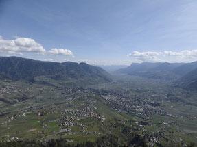 Bild mit Blick auf Dorf Tirol, Meran und Umgebung