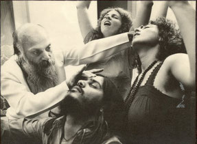 """Osho dando """"Darshan"""" - transmissão de energia aos discípulos - em Poona, Índia, 1980"""