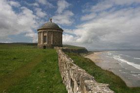 der Mussenden Tempel an der Küste Nordirlands