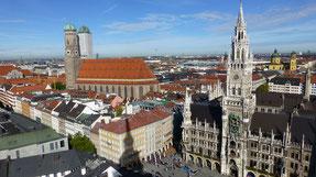 Blick von oben auf den Marienplatz mit Rathaus und Frauenkirche