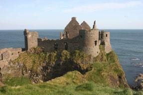 Dunluce Castle, hoch auf den klippen an der Causeway Coast
