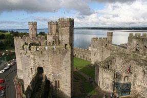 Caernafon Castle mit dem Wasser der Menai Strait im Hintergrund