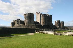 Caerphilly Castle mit schiefem Turm Luftbildaufnahme