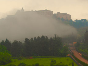 das Kloster Monte Cassino im Nebel eingehüllt
