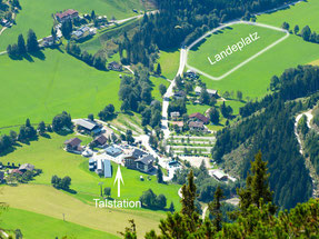 Großer Landeplatz in Werfenweng das Flugschulgebäude der Flugschule Austriafly Paragleiten und Tandemfligen ist direkt  nebenbei