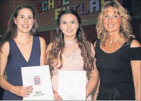 Besondere Leistungen: Doris Bechold (rechts) freute sich, Evelyn Kien und Mara Schmidt Geschenke für ihre besonderen Leistungen überreichen zu können. Foto: Ochs