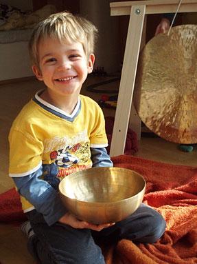 Kind mit Klangschale und Gong