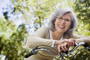 Bis ins hohe Alter können Zähne reguliert werden (© Blend Images - Fotolia.com)