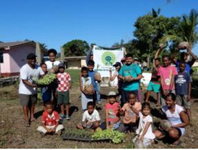 コロトゴアンドラサンガム小学校では、休校中に学校菜園を地域に開放。子どもたちが保護者とともに、ココナツ、レタス、トマトなどを植栽し、管理を行った。