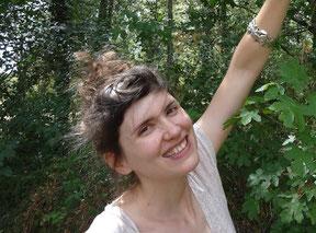 Photo de l'artiste-bijoutière Estelle Terrisse dans la végétation