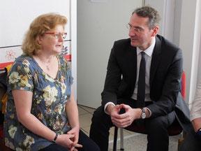 Bürgermeister Andreas Fredrich im Gespräch  mit der Vertreterin der Deutschen Rheuma-Liga