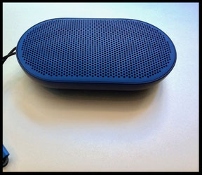 Bang & Olufsen Beoplay P2 Lautsprecher in blau.