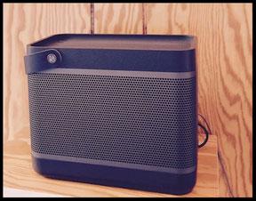 Bang & Olufsen Beoplay Beolit 17 Lautsprecher in schwarz.