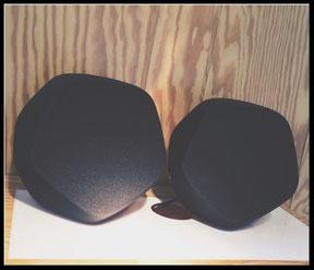 Beo Play S3 in schwarz, auf einer Ablage liegend.
