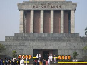 ベトナム独立の父・ホーチミンの遺体を安置したホーチミン廟