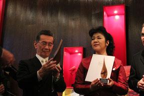 「平和の炎賞」をヘルタ理事長から森館長と示野さんに授与