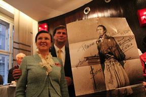 高知から持参した龍馬の写真にヘルタ理事長と副理事長がサイン