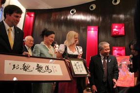 竹内土佐郎氏は、自作の書をヘルタ理事長とシビレ秘書に贈呈