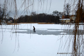Eislaufen auf dem zugefrorenen Knieperteich