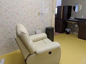 愛知県春日井市みやこ内科クリニックの診療室の個室の様子。リクライニングチェアがありゆったりと過ごせます。