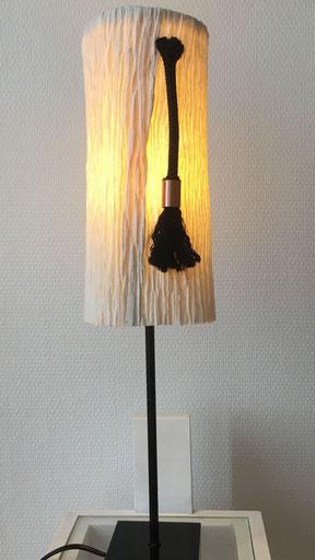 """lampe avec abat-jour en papier artisanal """"smocké"""", insertion de corde et cuivre. Socle en acier noir."""