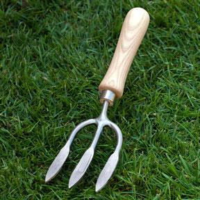 Der schmale Sneeboer Fugenkratzer ist ein robustes und effizientes Arbeitsgerät. www.the-golden-rabbit.de