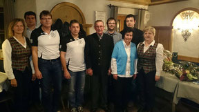 Der Jubilar Hans Früchtl mit seiner Frau Wilma sowie den Vertretern von Feuerwehr, OGV und FC Chammünster