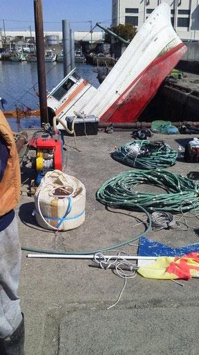 写真2 港の傾いた船@千葉県船橋市(野口真利江氏提供)