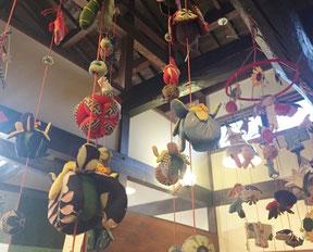 着物地で作られた縁起物の吊るし飾り