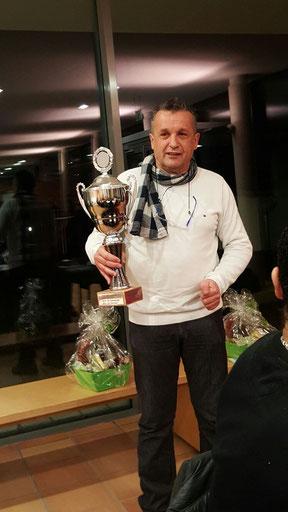 Uli Kobler (mal wieder älterster Teilnehmer) mit dem Siegerpokal