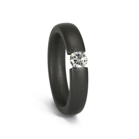 sehr dunkler Tantal Ring in Spannringoptik  mit gefasstem 0,25ct Brillant
