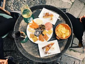 Auf dem Bild ist ein Tisch mit verschiedenen Speisen und Getränken abgebildet. Für mehr Informationen bitte den Bilduntertitel lesen.
