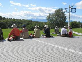 天気が良いので外の芝生で昼食です