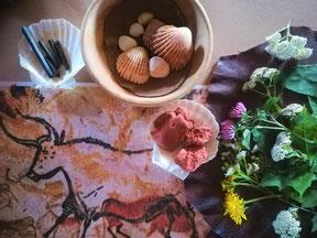 Abbildung einer Höhlenmalerei, Kohle, Muscheln, Wildkräuter