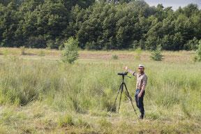 David Schomberg, der Hessenbiologe mit Spektiv beim Vögel beobachten.
